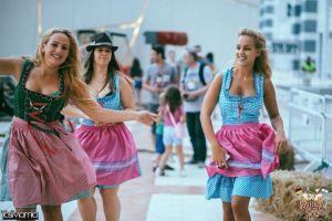 Auf die Bluse haben die jungen Damen wohl verzichtet.....