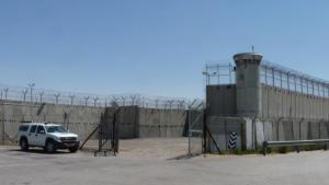Die Sicherheitsanlagen rund um das Gefängnis Ofer