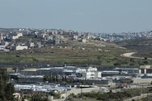 Das Areal des Militärgerichts, im Hintergrund Ramallah